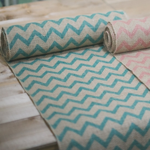 chemin de table chevron turquoise et brun en jute. Black Bedroom Furniture Sets. Home Design Ideas